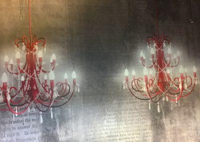 I lampadari fanno parte del rivestimento.....e di notte sembrano accesi. (2)