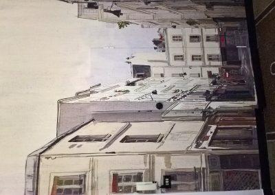 In questa immagine c'è una porta socchiusa anch'essa rivestita,riuscite a vederla (1)